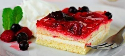 Бисквитное пирожное с фруктами