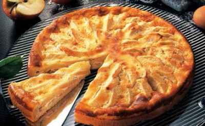 Яблочный пирог с творогом и изюмом