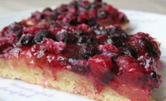 Открытый пирог с черной и красной смородиной