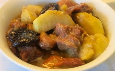 Мясной суп с яблоком и черносливом