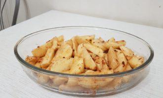 Приправленный картофель дольками для запекания в духовке