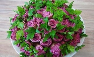 """Рецепт салата """"Фиалки"""" с окорочками и черносливом"""